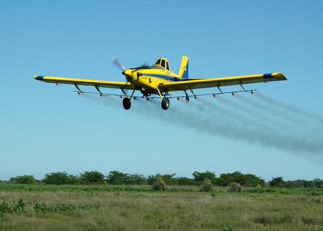 En la Unión Europea ya se prohibieron las fumigaciones aéreas