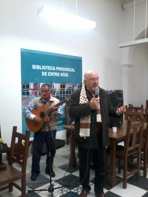 """Julio Federik recita el poema """"Mi Lugar"""" - Detrás, el cantautor Cacho Miño."""