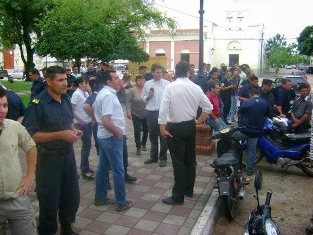Policías autoconvocados en la Plaza. Fuente: El Ojo mirador.